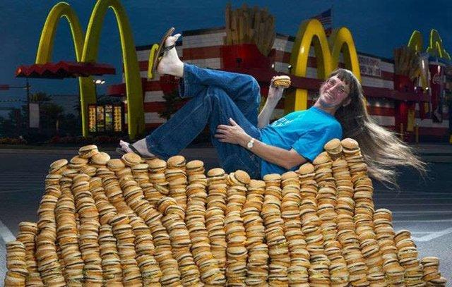 رکورد خوردن ۳۰ هزار همبرگر توسط مرد آمریکایی +عکس
