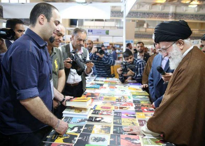 هدیه رهبرانقلاب به یکی از فروشندگان کتاب+عکس
