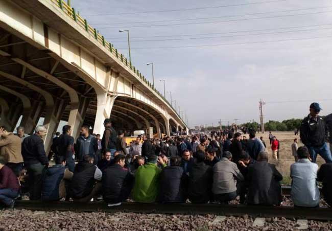 معترضان هپکو، راه آهن شمال - جنوب را بستند +عکس