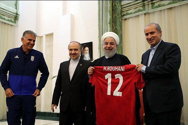 پیراهن شماره ۱۲ تیم ملی به روحانی اهدا شد +عکس