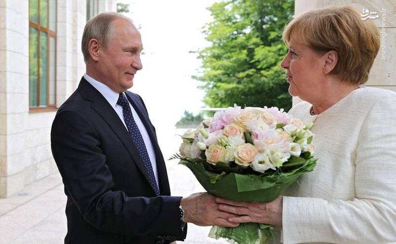 گل دادن پوتین به مرکل حاشیه ساز شد +عکس