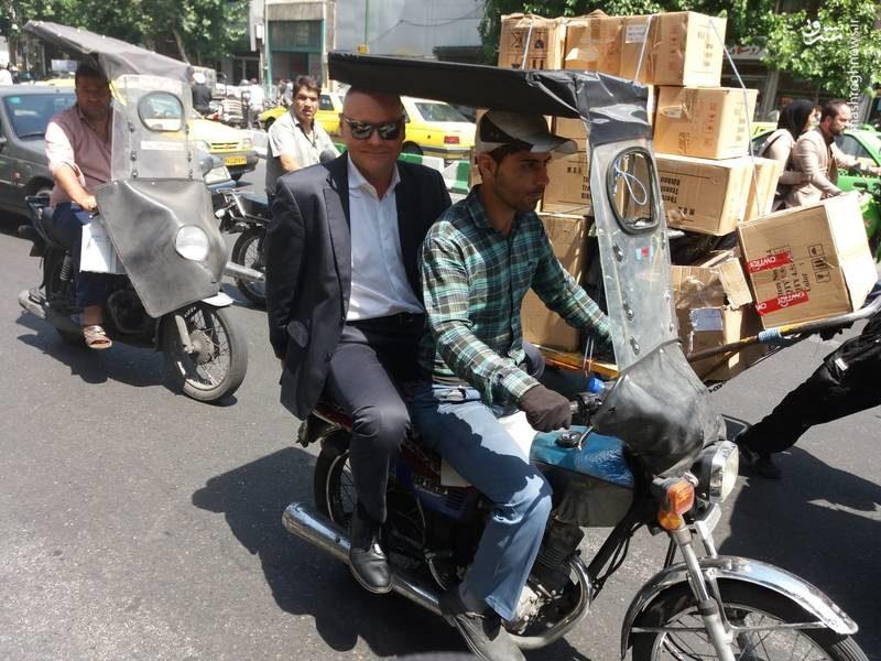 موتورسواری سفیر آلمان در بازار تهران+عکس