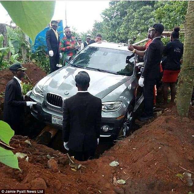 ماشین گرانقیمت با جسد صاحبش دفن شد +عکس