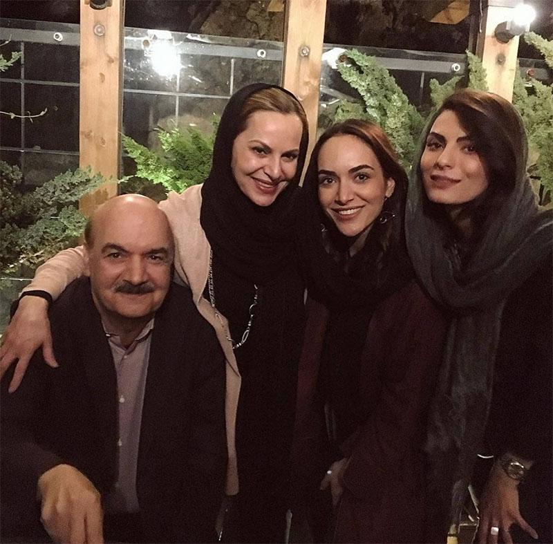ایرج طهماسب و دخترانش در یک رستوران+عکس