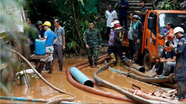 ۱۲ نوجوان فوتبالیست گرفتار در سیلاب یک غار +عکس