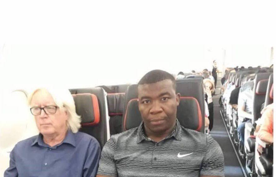 چهره درهم شفر و دستیارش در هواپیما +عکس