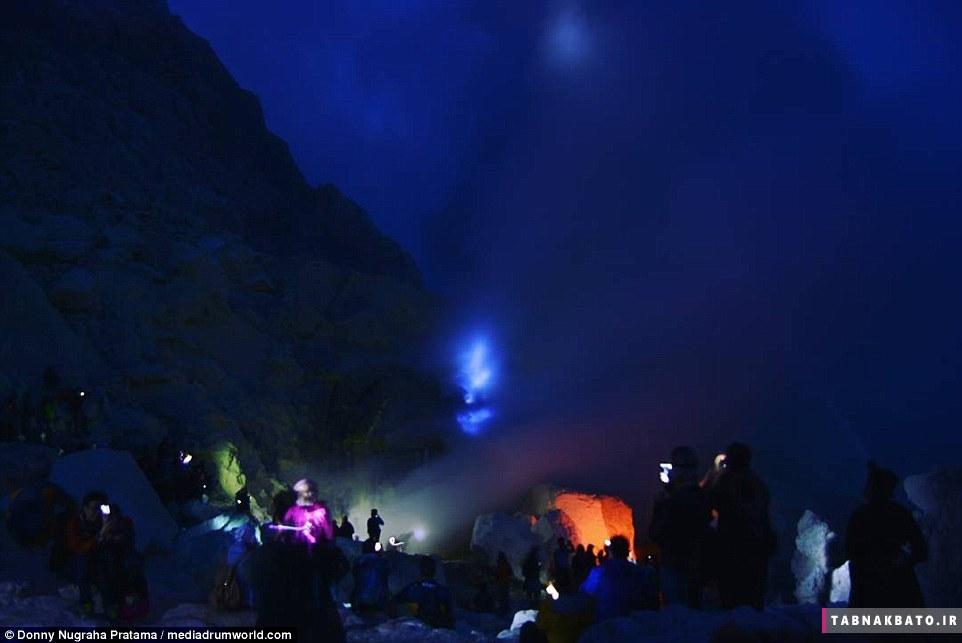 آتشفشان شگفت انگیز با گدازه های آبی