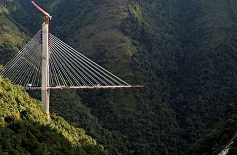 لحظه انفجار یک پل کابلی در کلمبیا