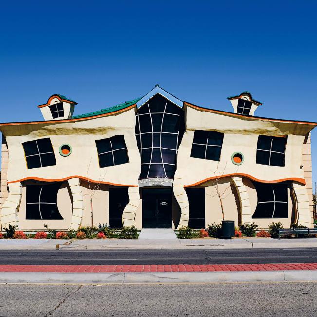 نگاهی به عجیبترین ساختمانهای کالیفرنیا؛ از دونات غولپیکر تا کفش