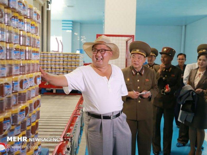 تیپ متفاوت رهبر کره در یک کارخانه تولید ترشی+عکس