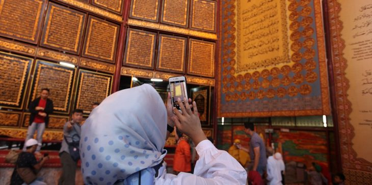 نمایش بزرگترین قرآن حکاکی شده بر روی چوب در اندونزی