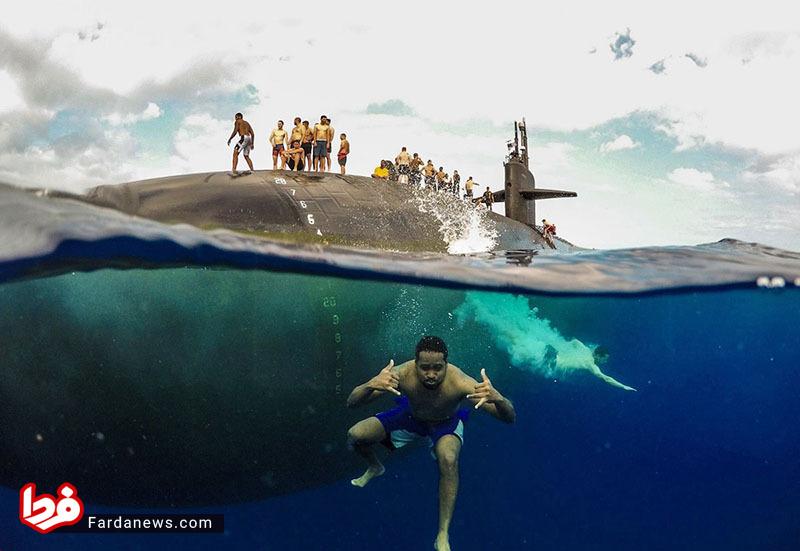 عکسی جالب از شنای ملوانان در کنار زیردریایی