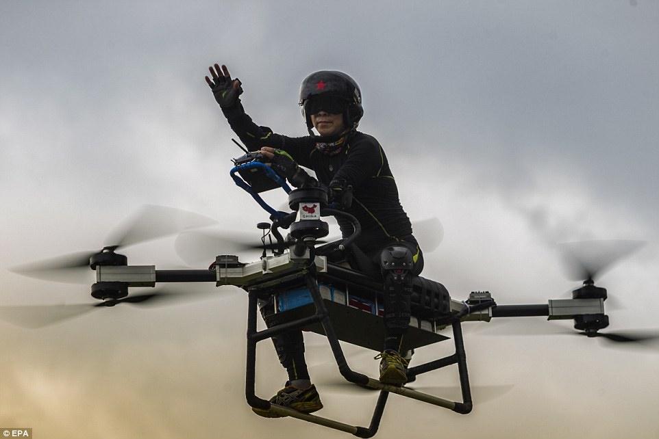 مخترع ۴۰ ساله سوار بر موتور پرنده دستساز+عکس