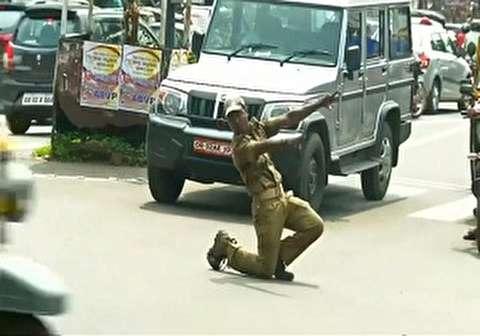 حرکات عجیب یک افسر پلیس برای کنترل ترافیک!