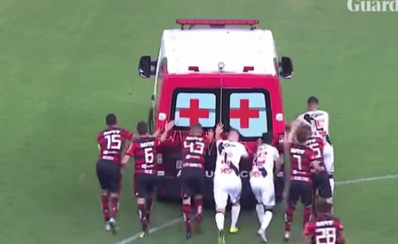 وقتی آمبولانس وسط بازی فوتبال خراب شد +عکس