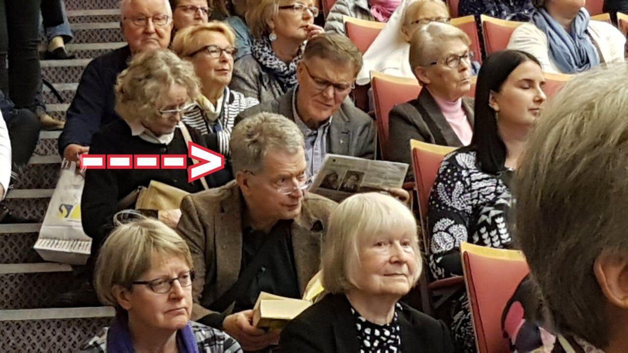 نشستن رئیس جمهور فنلاند روی پله ها+ عکس