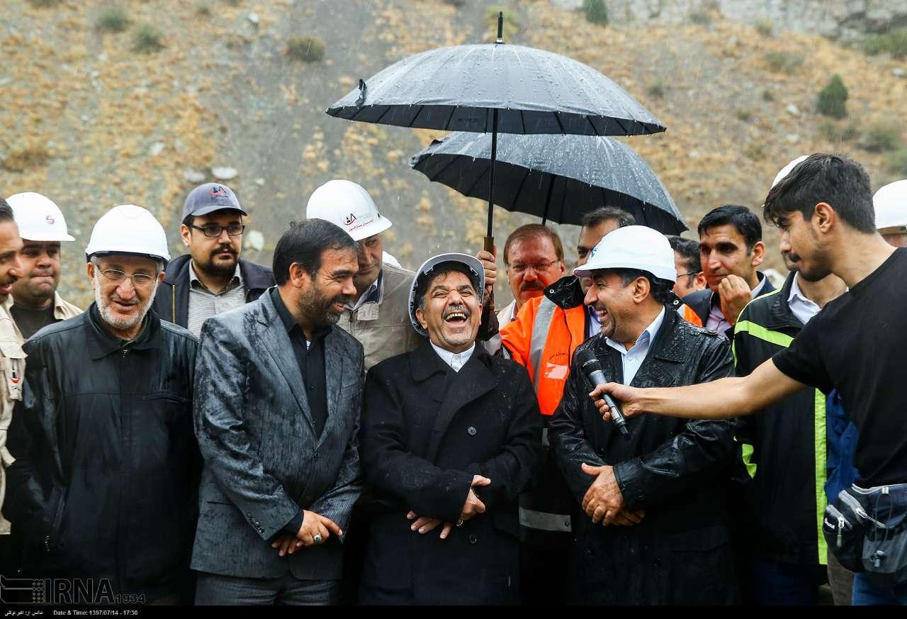 خنده عجیب آخوندی در یک مراسم+عکس
