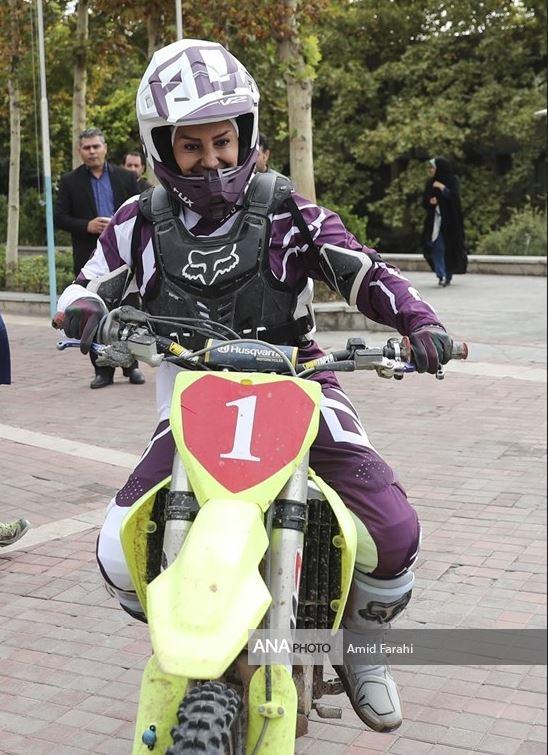 موتور سواری زن در دانشگاه+عکس