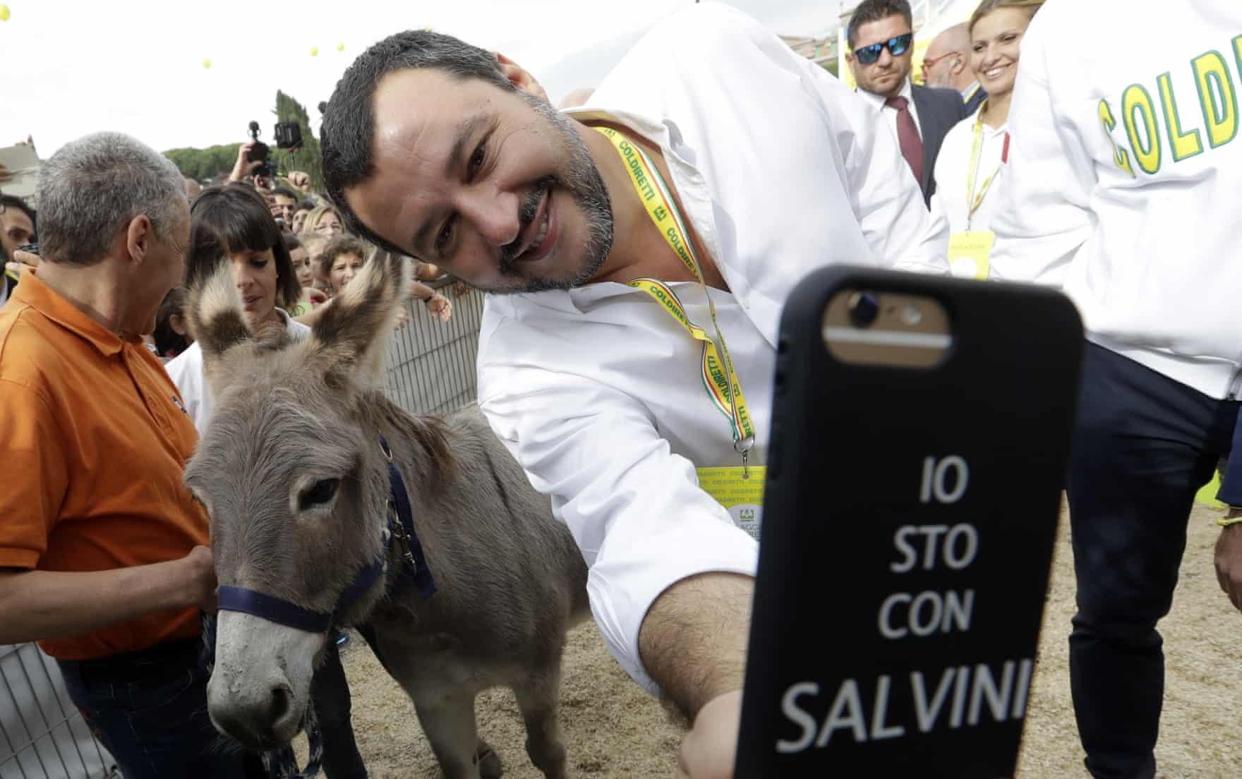 سلفی عجیب آقای وزیر با یک الاغ