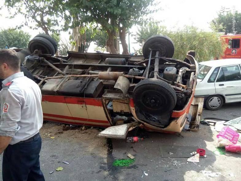 تصاویری از واژگونی یک مینیبوس با ۲۵ مسافر در تهران