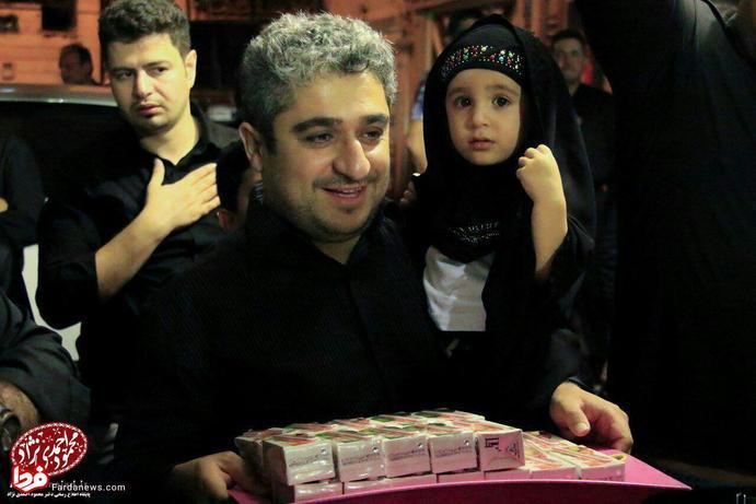پسران احمدی نژاد در حال پخش نذری+عکس