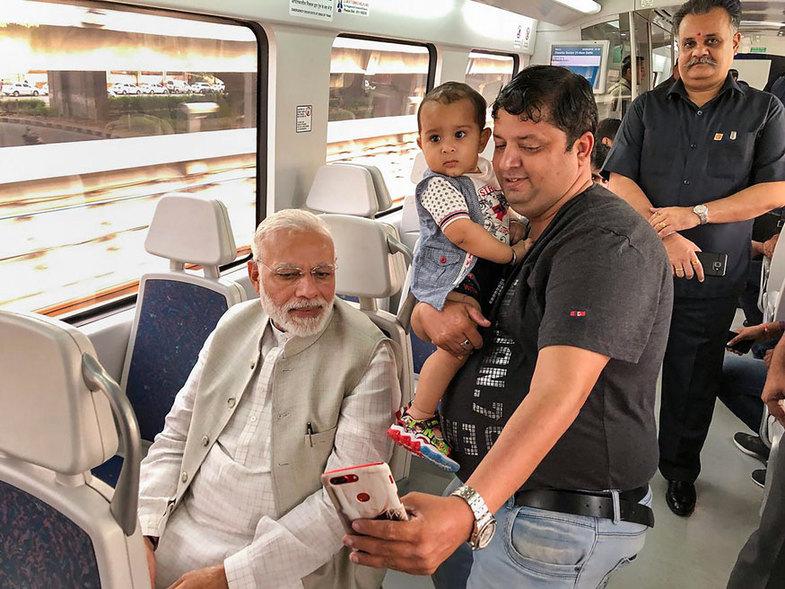 سلفی با نخست وزیر معروف در حال مترو سواری