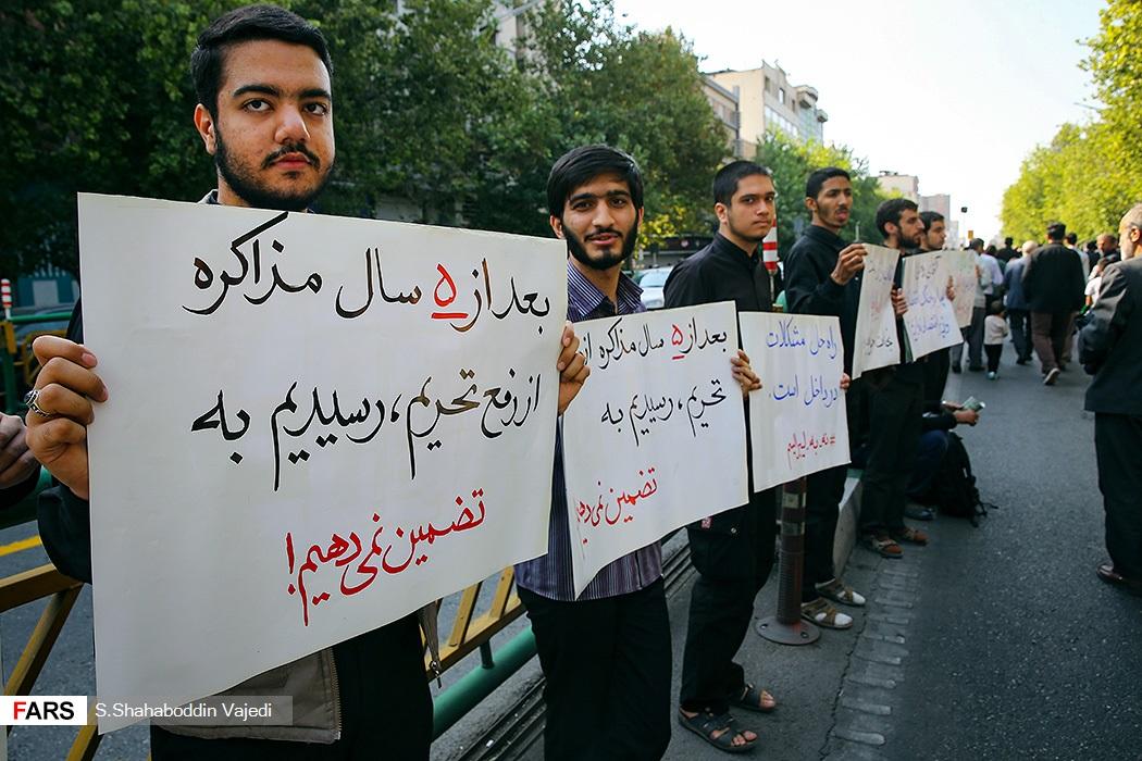 بنرهای چند معترض در حاشیه نمازجمعه تهران+عکس