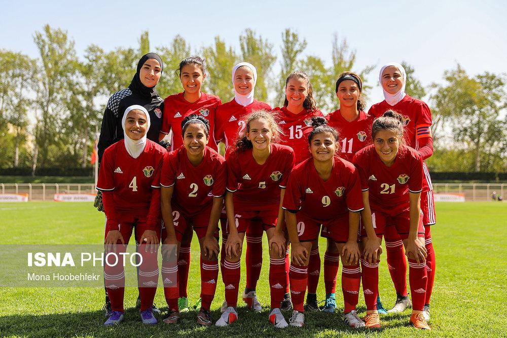 بی حجابی زنان فوتبالیست در ورزشگاه تهران+عکس
