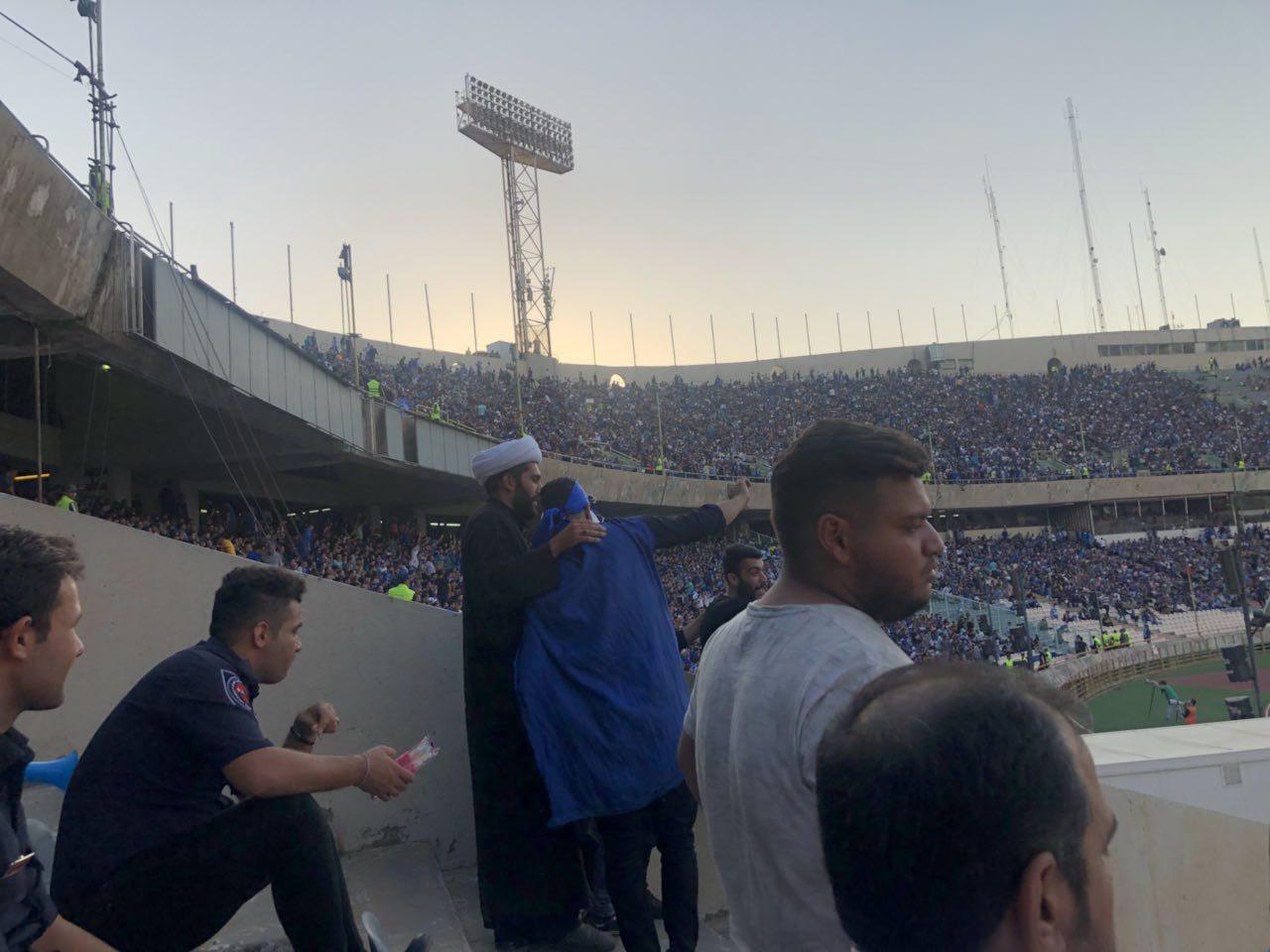 روحانی طرفدار فوتبال در ورزشگاه آزادی +عکس
