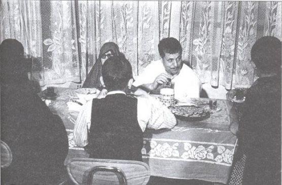 تصویری قدیمی از هاشمی و خانواده سر میز صبحانه +عکس