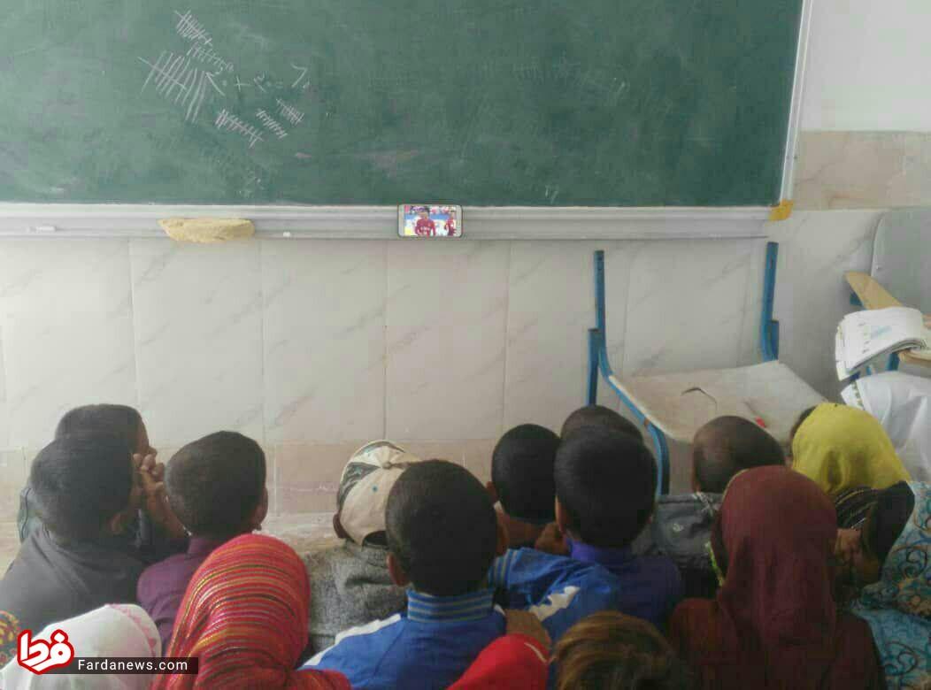 تماشای متفاوت بازی پرسپولیس در یک مدرسه محروم+عکس