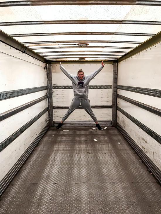 زندگی دیدنی این زوج جوان در کامیون قدیمی