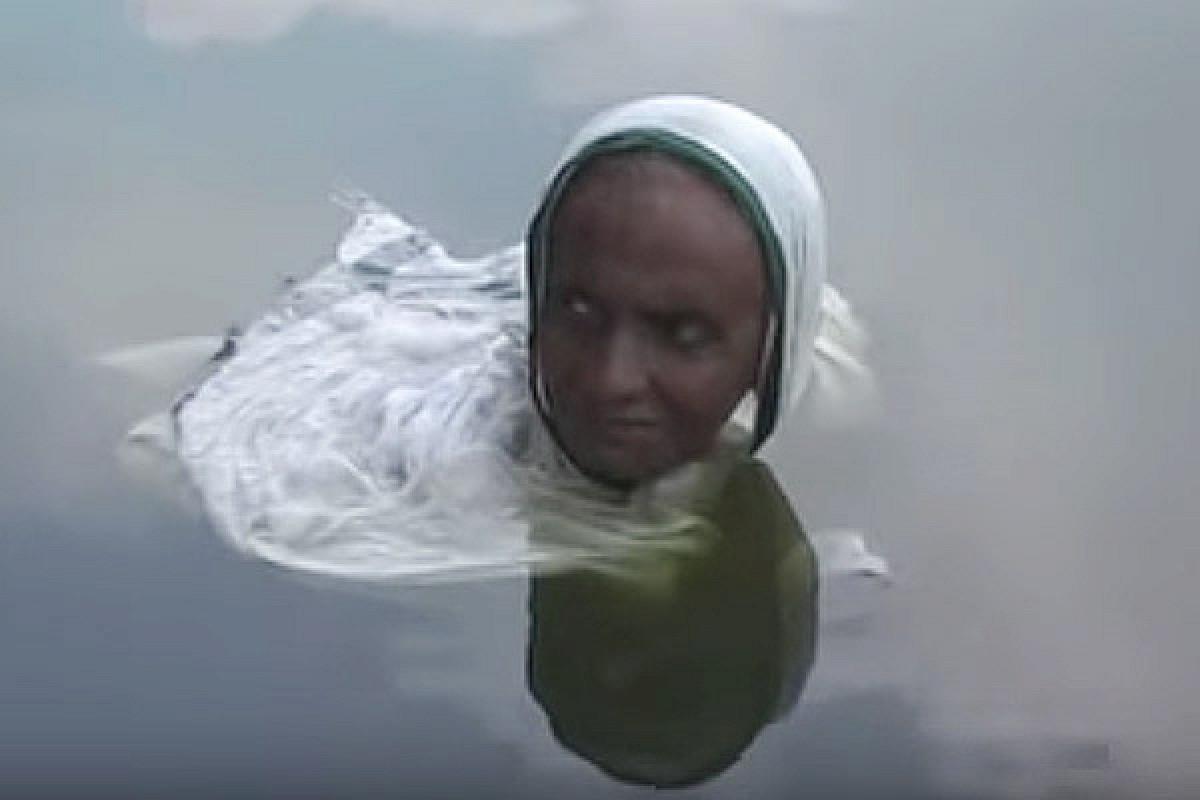 زنی که از خورشید فراری است و به آب پناه میبرد +عکس