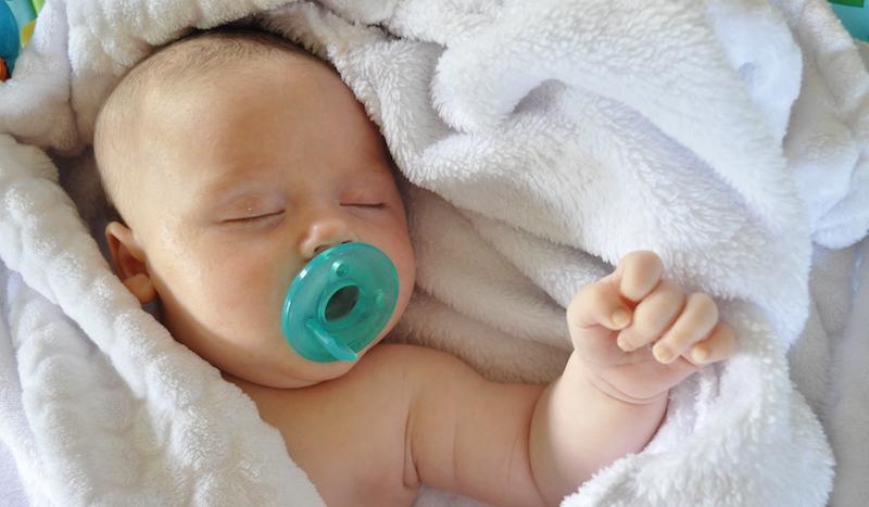 تاثیر ضدحساسیت مکیدن پستانک نوزاد توسط مادر