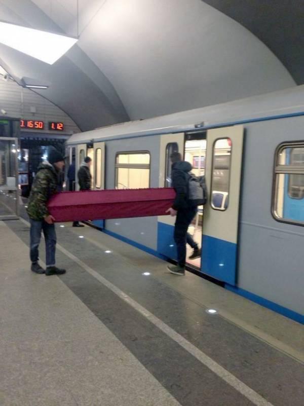 حمل تابوت جنازه با مترو؟! +تصاویر
