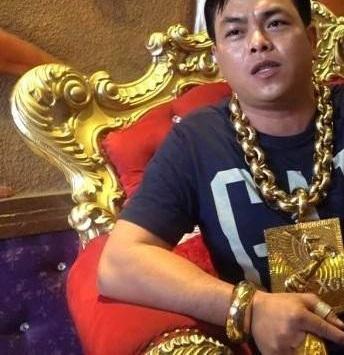 مردی که ۱۳ کیلو طلا به خودش آویزان کرده +تصاویر