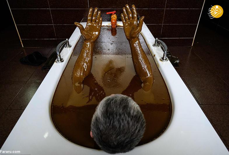حمام در وان نفت برای درمان بیماری +تصاویر