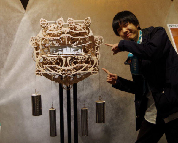 یک دانشجوی ژاپنی، یک ساعت مکانیکی چوبی ساخته است که میتواند زمان را بنویسد