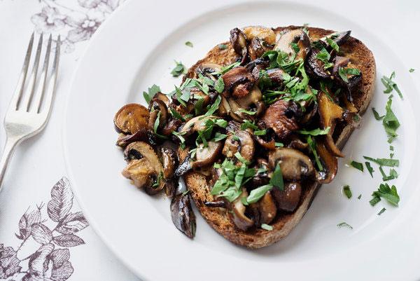ساندویچ قارچ و سیر؛ عصرانهای ساده و خوش طعم