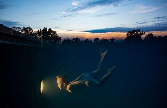 شنا به سوی نور در عکس روز نشنال جئوگرافیک