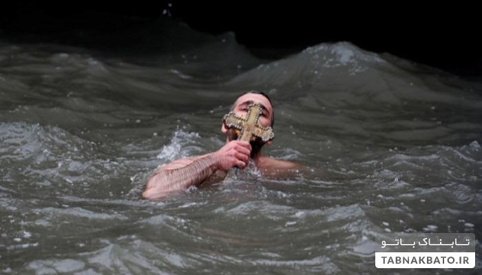 مراسم آیینی ارتودکسها در آبهای سرد