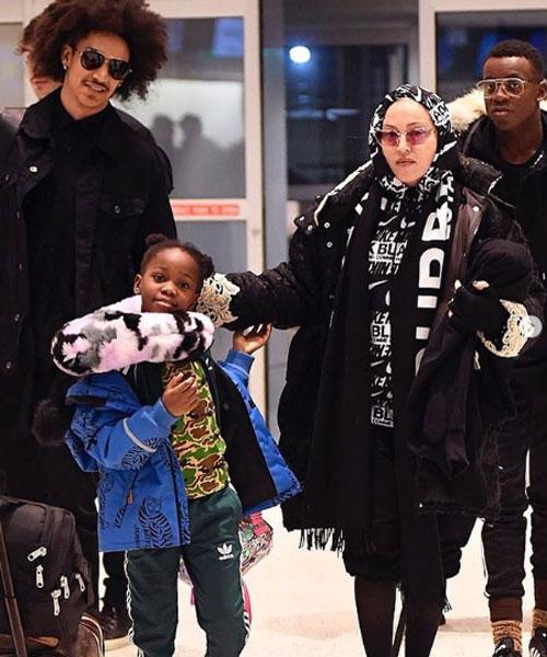 پوشش جنجالی و عجیب مدونا در فرودگاه +عکس