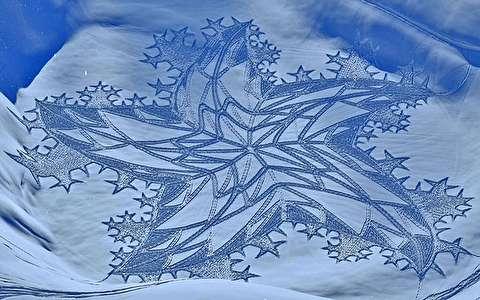 ترسیم طرح های زیبا و دیدنی روی برف!