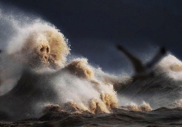 موجهای خروشان دریاچه «ایری» یا کوههایی سر به فلک کشیده؟!