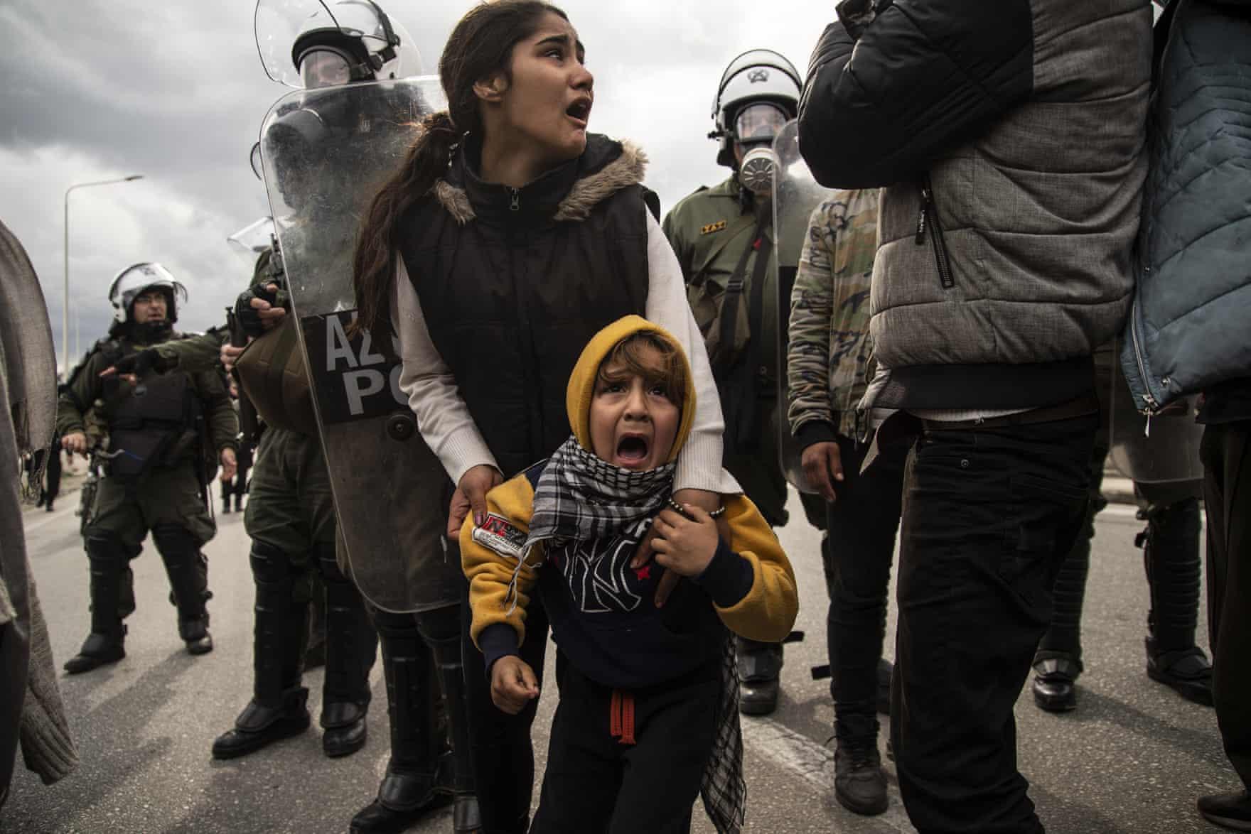 وحشت کودکان پناهجو از پلیس ضد شورش یونان + عکس
