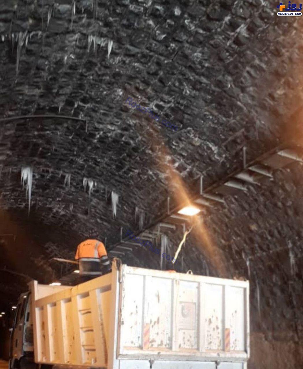 پاکسازی قندیلهای ایجاد شده در تونل کندوان +عکس