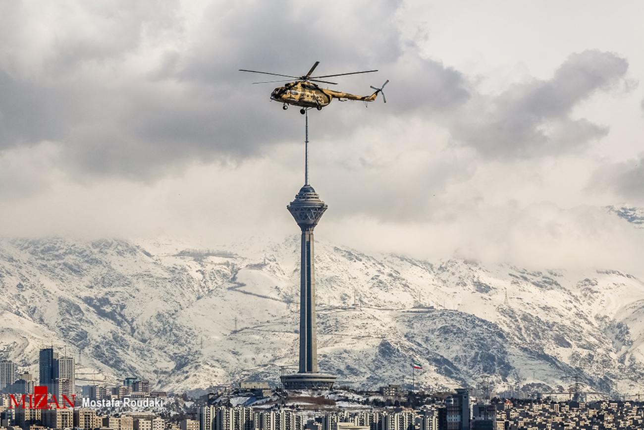 هلیکوپتر بر بالای برج میلاد + عکس