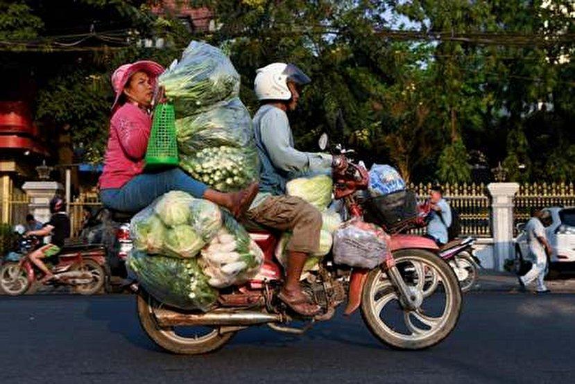 حمل و نقل عجیب با موتور در کامبوج+عکس