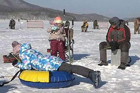 ماهیگیری از دریاچه یخزده در روسیه