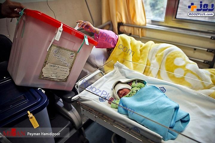 رای دادن یک مادر پس از وضع حمل+عکس